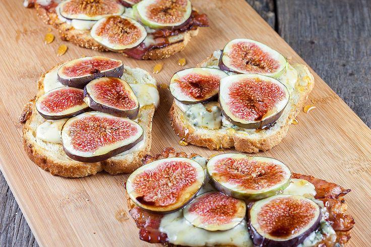 Gegrild broodje met vijgen, bacon en blauwe kaas