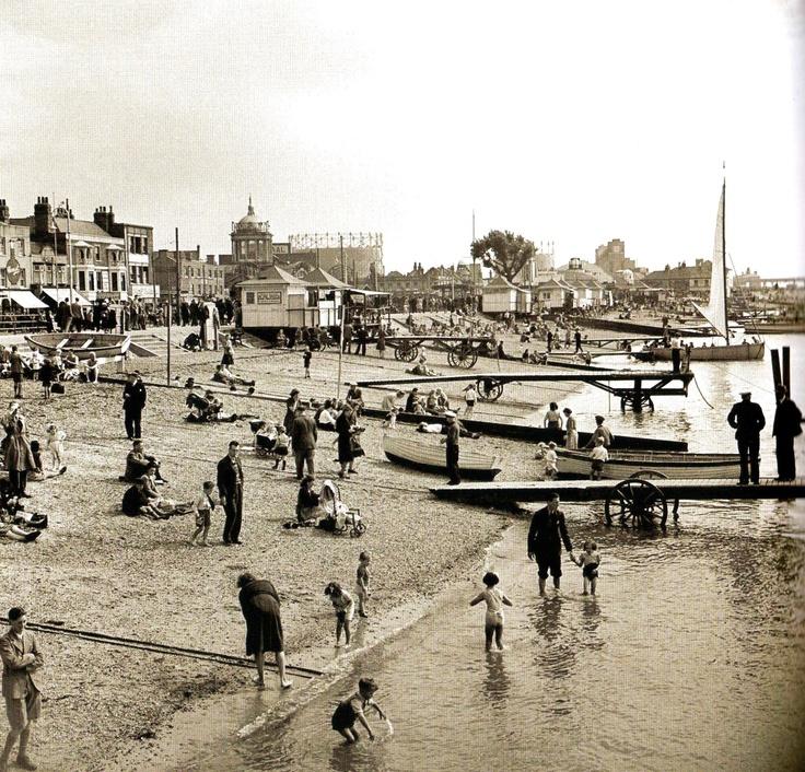 The beach, Southend-on-Sea - UK - 6 September 1948 (mon ex-ville adoptive :()