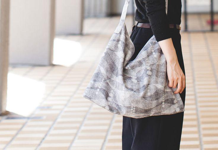 ぺたんこショルダーバッグの作り方と裁断図を無料でダウンロードできます。スタイリング画像と最適な布を紹介します。