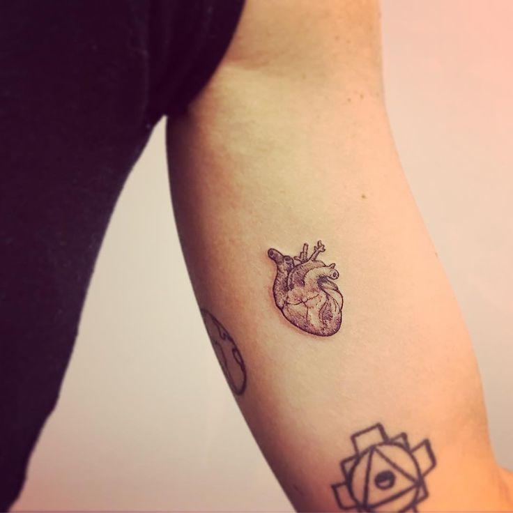 "1,345 curtidas, 50 comentários - ⠀⠀⠀⠀ ⠀⠀ ⠀CHIQUINHO GOMES (@chiquinhogtattoo) no Instagram: ""Little heart ✨ #little #heart #smalltattoo #tattoo #tatuagem #line #details #fineline #cute…"""