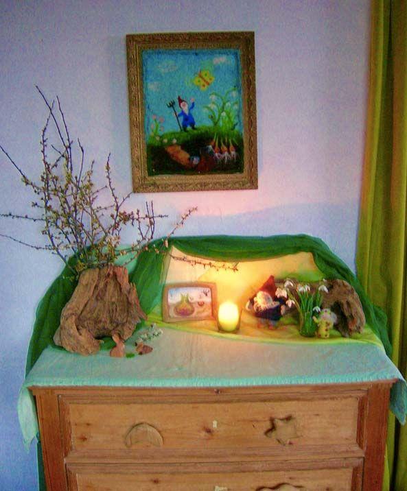Jahreszeitentisch im Frühling, Wollbild Frühling, Wollbild Schneeglöckchen, Waldorfkindergarten