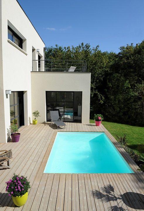 Une piscine Piscinelle avec une terrasse affleurante, aussi épurée que la maison qu'elle agrémente.