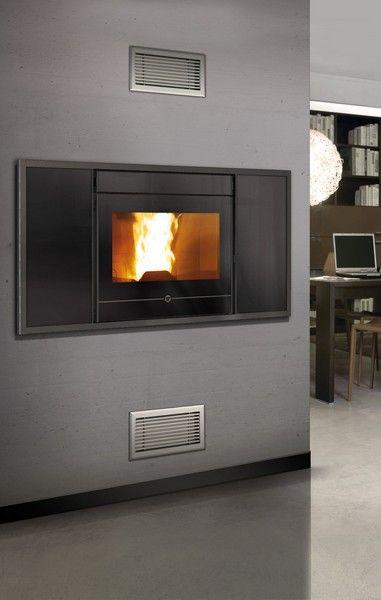 """Pelletkachel Insert Line 600 http://www.pelletkachelshuis.nl/product/pelletkachel-insert-line-600/  Inbouw pelletkachel met warme lucht controle door middel van """"multi-way Air system"""" die het mogelijk maakt om lucht naar verschillende uitgangen te verplaatsen.  Hoogrendement pelletkachel; levert 10 Kw vermogen,  verwarmt ruimtes tot 80 m3 en is de stilste kachel in zijn soort (36db).  Optie:afstandsbediening met temperatuur voeler, de temperatuur word gemeten in de afstandbediening."""