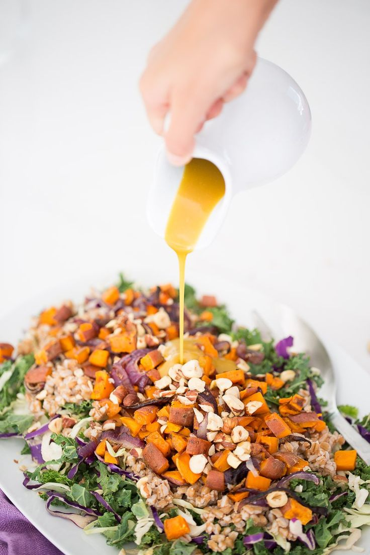 This autumn salad recipe with vegan honey-mustard dressing is easy, nutritious and perfect Vegan Recipes Videos, Salad Recipes Video, Delicious Vegan Recipes, Healthy Dinner Recipes, Easy Recipes, Vegetarian Meals, Clean Eating Recipes, Healthy Eating, Recipes