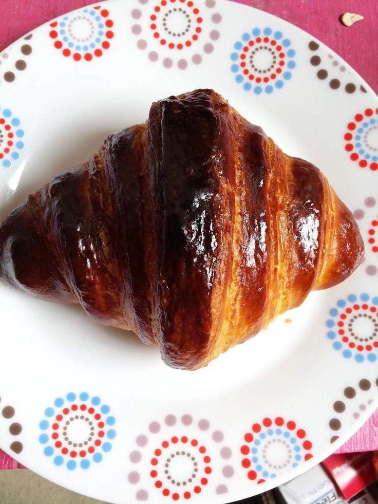 """Croissants et pains au chocolat : pour 12 à 14 piéces Je ne vais pas vous le cacher, j'ai pris la recette de ce compte you tube """"Envie de bien manger"""" pour faire mes croissants et pains aux chocolat , J'ai juste diminué les temps conseillés dans cette..."""