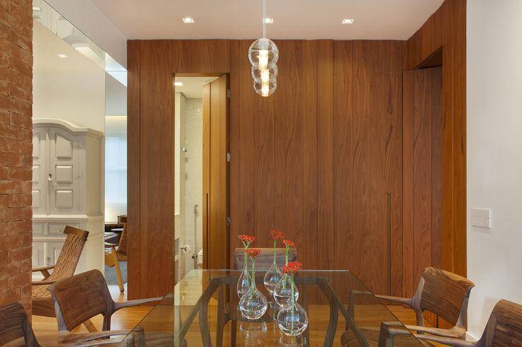 Sala de jantar com paredes texturizadas. https://www.homify.com.br/livros_de_ideias/29217/conheca-um-apartamento-ecletico-deslumbrante
