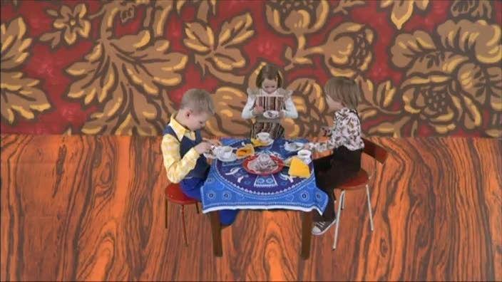 Benjamin, Tina en kleine Ray wonen in het ladekastje van oma. Ze bakken er taartjes en drinken samen bosbessenthee. Dat is een gezellig ladekastje!