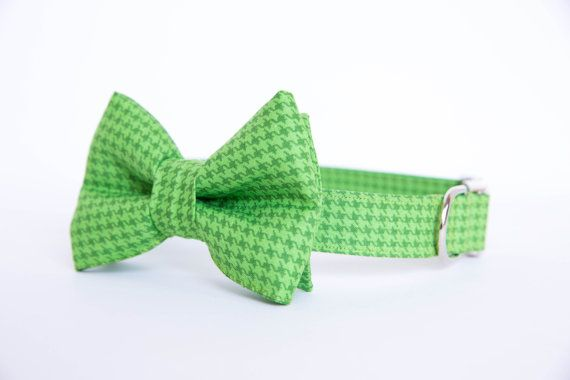 This dog bow tie collar is crafted from green houndstooth fabric and adorned with a matching and removeable bow tie. This collar features NICKEL