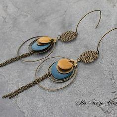 Bijou créateur - boucles d'oreilles créoles bronze antique estampes breloques sequins émaillés jaune et bleu canard et pampilles