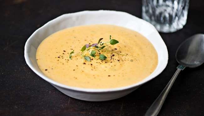 Herkullinen porkkana-kukkakaali-sulatejuustokeitto nopeasti yksinkertaisista raaka-aineista. http://www.k-ruoka.fi/reseptit/kasvissosekeitto/