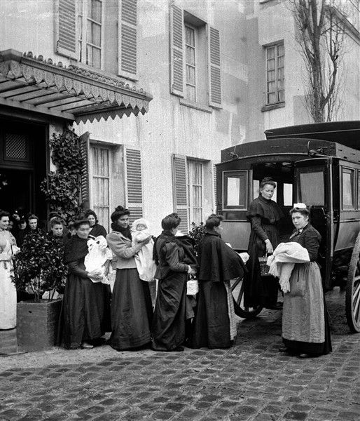 """La sortie de l'asile Ledru-Rollin pour """"filles-mères"""". Paris, vers 1900. © Léon et Lévy / Roger-Viollet"""