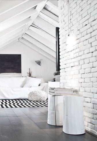 chambre sous les combles - mur de brique peint - poutres - plancher sombre - bedroom under the roof - painted brick wall - beams - dark wood floor