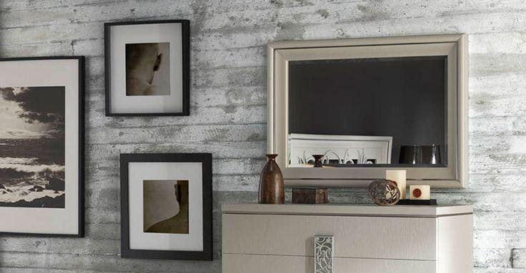 Espejos colección Nicol, nuestra colección ofrece espejos con marcos lacados en lino, blanco, color perla o cerezo. Caracterizada por sus líneas suaves, estas piezas decorativas acaban de darle el toque de elegancia a cualquier dormitorio.
