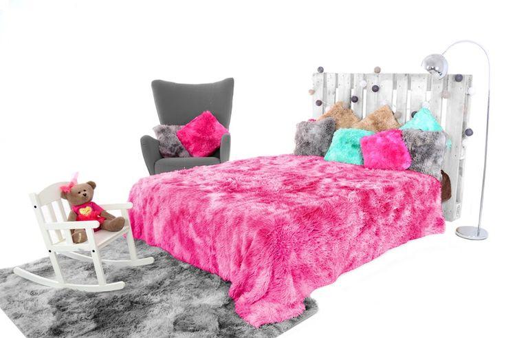 Włochate koce do sypialni w kolorze różowym ombre