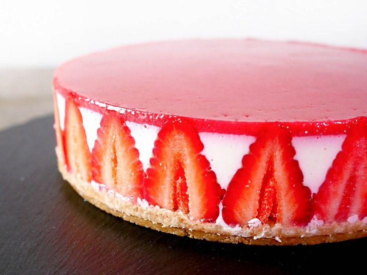 今回は誰でも簡単に作れて、しかもケーキ屋さんで売っているような綺麗な見た目のイチゴとラズベリーの甘酸っぱいレアチーズケーキの作り方を紹介します。 これを作って友達に上げたら「どこで買ったの?」と言われる事間違いなしです。 もちろんオーブンがなくても作れますし、火を一切使わずに電子レンジを使って作る事もできます。