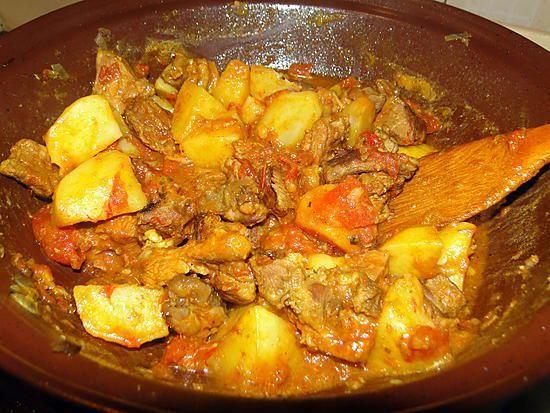 La meilleure recette de Ragoût d'agneau aux pommes de terre! L'essayer, c'est l'adopter! 5.0/5 (3 votes), 3 Commentaires. Ingrédients: 700 g de filet ou d'épaule d'agneau 1 c. à soupe d'huile 1 oignon, finement émincé 2 feuilles de laurier 1 petit piment vert frais, égrené et finement émincé 3 ou 4 gousses d'ail, finement émincées 2 c. à café de graines de coriandre moulues 1 c. à café de cumin moulu 1 c. à café de curcuma 1/2 c. à café de poudre de chili 1/2 c. à café de sel 2 tomates…