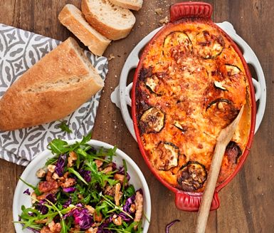 Zucchinigratäng med sallad och fläskstrimlor/strimla kassler och lägg i zucchini formen