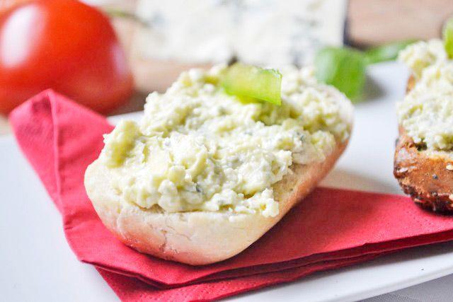 Der Gorgonzola-Aufstrich schmeckt sehr intensiv und passt gut auf Vollkornbrot. Das Rezept stammt aus Omas Kochbuch.