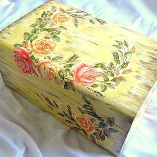 #Cutie #lemn masiv, #cufăr #design cu #trandafiri şi #fundal #antichizat / #Solid #wood #box, design with #roses and #antique #background / #장미와 #골동품 #디자인 #배경을 #가진 #단단한 #나무 #상자. https://handmade.luxdesign28.ro/produs/cutie-lemn-masiv-cufar-design-cu-trandafiri-si-fundal-antichizat-21941/