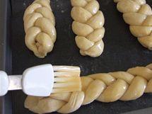 Housky před pečením potřete rozkvedlaným vajíčkem