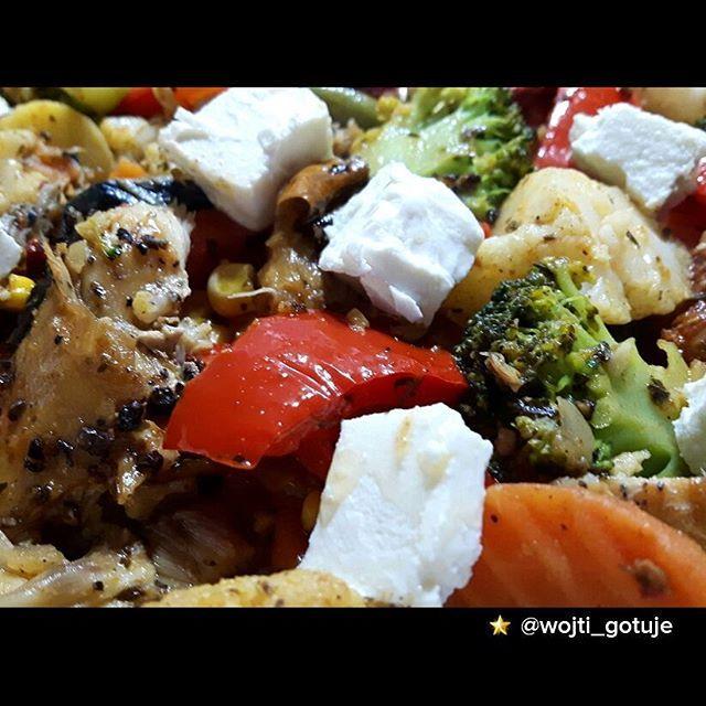 """♨♨♨♨Ryż basmati z makrelą, suszonymi pomidorami, fetą i roszponka 🍀🍀🍀🍀 Energetyczność posiłku: 727,27 kcal Białko: 31,66 g Tłuszcz: 29,23 g Węglowodany: 83,42 g SKŁADNIKI: Ryż basmati - 0,75 woreczka (65 g) Pomidory suszone - 1,25 garści (50 g) Oliwa z oliwek - 1,5 łyżki (13 g) Makrela wędzona - 0,5 sztuki (60 g) Ser typu feta - 1,25 porcji (40 g) Mieszanka warzyw """"włoska"""" - 1,5 porcji (140 g) Czosnek - 1 ząbek (5 g) Roszponka - 1 garść (25 g)"""