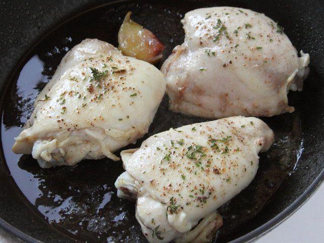 POLLO CON CAPONATA DI CARCIOFI ALL'ARANCIA 5/5 -   Nel frattempo versate l'olio rimasto in un tegame, unite lo spicchio d'aglio leggermente schiacciato, aggiungete le sovracosce di pollo, cospargetele con il timo, sale e pepe e cuocete a tegame coperto per 20 minuti, unendo un poco di acqua (se necessario). Servite il pollo accompagnandolo con la caponata di carciofi all'arancia calda o tiepida