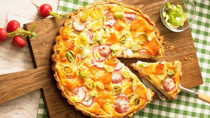 Lachsquiche | Backrezept für eine herzhafte Lachsquiche mit einem Boden aus feinem Mürbeteig. Zum Räucherlachs gesellen sich Porree, Radieschen und ein cremiger Guss.
