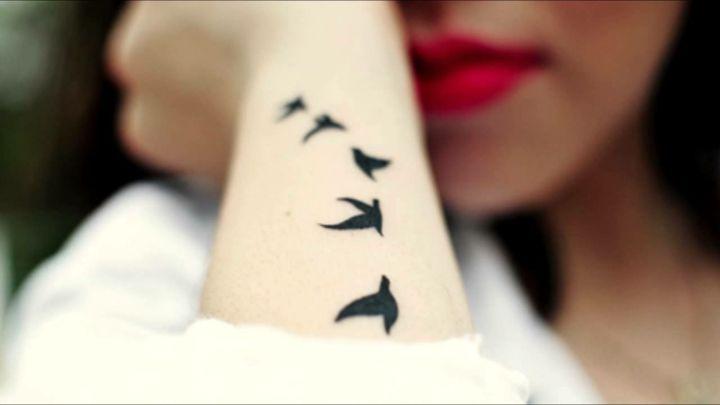 tatouage poignet femme moderne: oiseau en vol