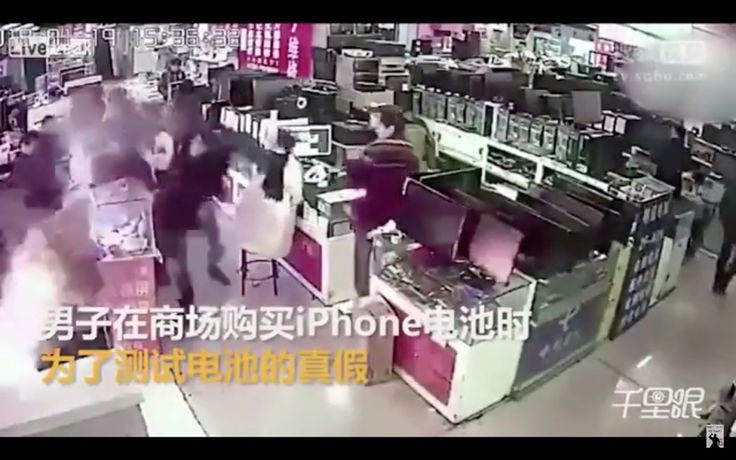 Un hombre muerde la batería de un móvil para comprobar si era real y le explota en la cara