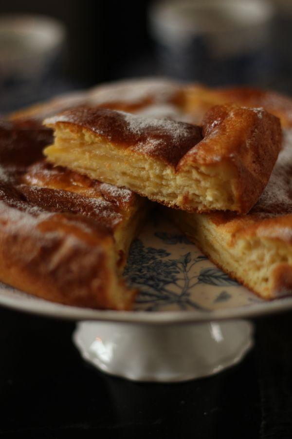 Buongiorno amici, che strano scrivere di domenica mattina...Eppure non potevo fare a meno che condividere subito questa colazione che ci siamo concessi oggi. Sapete quanto io ami i pancakes. Ecco, questo praticamente è un mega pancake con le mele. Con la scusa di smaltire un bel cesto di golden trentine che ho preso dalla nonna, sto provando una serie di torte a base di mele.  La consistenza di questa torta è proprio quella di un pancake, in fondo gli ingredienti sono più o meno gli stessi…
