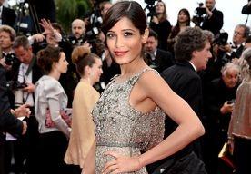 20-May-2013 12:22 - BEST DRESSED: FREIDA PINTO IN SANCHITA. Op de tweede avond van het Cannes filmfestival spotten we de Indiase actrice Freida Pinto in een waanzinnig mooie japon van Sanchita.  De beauty showt nét genoeg huid door middel van een giga-split aan de zijkant van haar japon. Haar haren draagt ze in een romantische knot en haar make-up houdt ze, behalve de felle rode lippen, rustig.  Haar Jimmy Choo Lance sandalen en haar Swarovski clutch maken dit lookje helemaal af.  ...