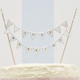 """<p>Een hele nieuwe soort taarttopper! In een verpakking zitten twee stokjes en twee vlaggenlijnen die vrolijk """"just married"""" vormen. Deze stokjes prik je zo bovenin de taart en je bent helemaal klaar!</p> <p>Makkelijk, origineel en heel feestelijk!</p> <p>De stokjes zijn 17 cm in hoogte, de breedte kun je zelf aanpassen.</p>"""
