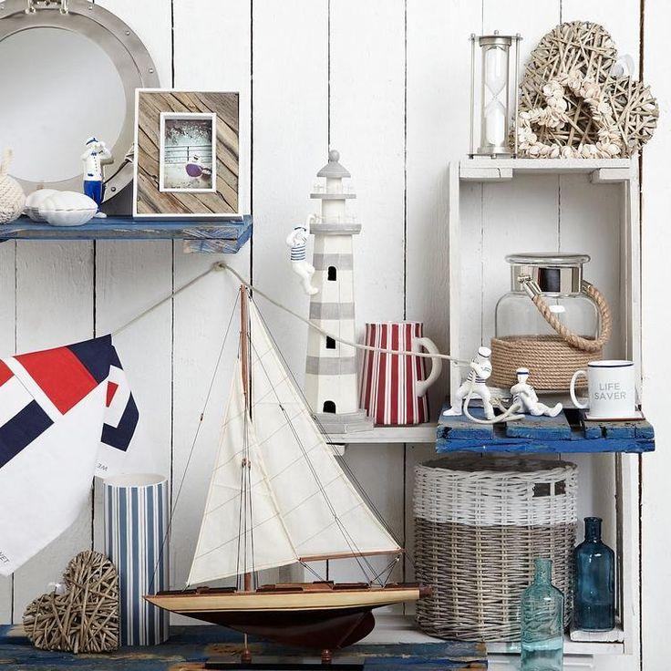 Optez pour une décoration salle de bain, inspirée par la mer, les coraux et les étoiles de mer. Les couleurs doivent être claires et fines. Le bleu clair et
