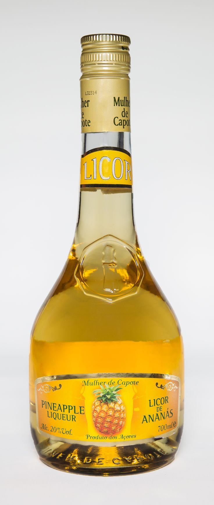 Licor de Ananás  O Licor de Ananás da Mulher de Capote é produzido com ananases frescos da ilha de São Miguel. 700 ml ALC. 20% VOL. Disponível em: www.madeinazores.eu