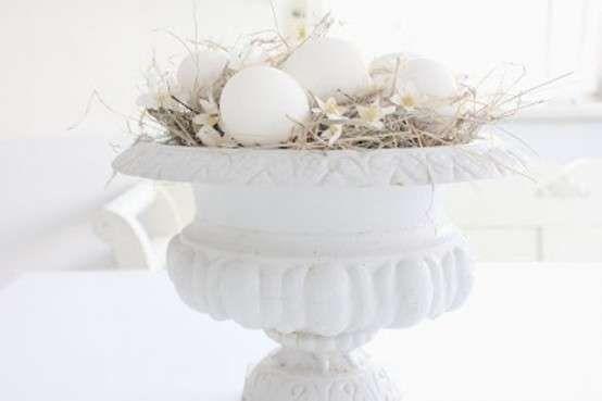 Decorazioni pasquali in bianco - Vaso con paglia e uova Easter decorations in white - Vase with straw and eggs