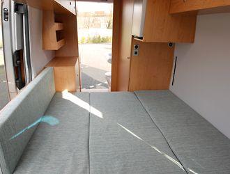 Doppelbett längs im Mercedes Sprinter von JOKO Wohnmobil