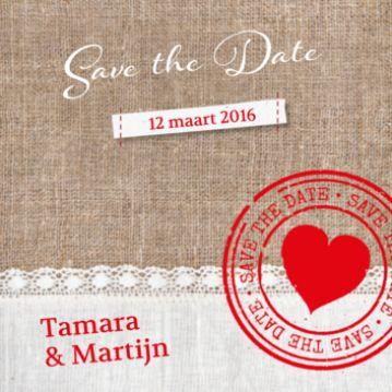 Stoere save-the-date kaart op canvas achtergrond met onder een kanten strook. Rode stempel met hart en save-the-date.