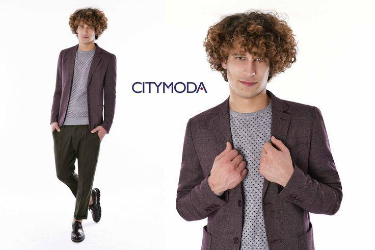 Stile e semplicità si ritrovano nella pratica giacca in microfantasia e nel comodo maglione Marco Nils Official, che si abbinano in modo naturale al pantalone 26_7twentysixseven, per un look che esalta fisicità e personalità.