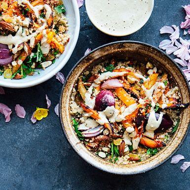 Mjukbaka morötter och rödlök tillsammans med chilipasten harissa och spiskummin. Blanda med couscous, avokado, mynta, sötmandel och russin i en lyxig skål med heta influenser från Nordafrika! En apelsinspetsad tahinidressing blir pricken över i.