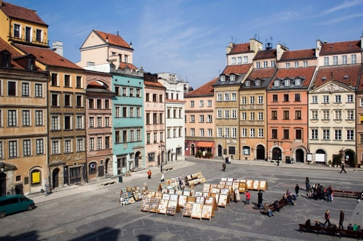Warsaw is a city of contrasts. In the capital reconstructed after the second world war, new and modern buildings grow tall among historical houses and palaces / Shutterstock