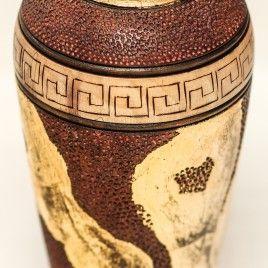 Vase en noyer tourné et sculpté, pyrogravé rehaussé de feuille de métal doré. Ht 19cm / diamètre 9cm