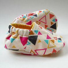 DiY : de jolis chaussons **triangle geometric fabric can be bought at http://www.modes4u.com/fr/kawaii/p9783_Tissu-de-cr-ateur--cru-avec-des-triangles-multicolores.html