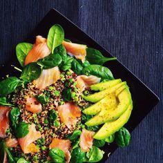 Insalata di quinoa, salmone affumicato, spinaci e avocado