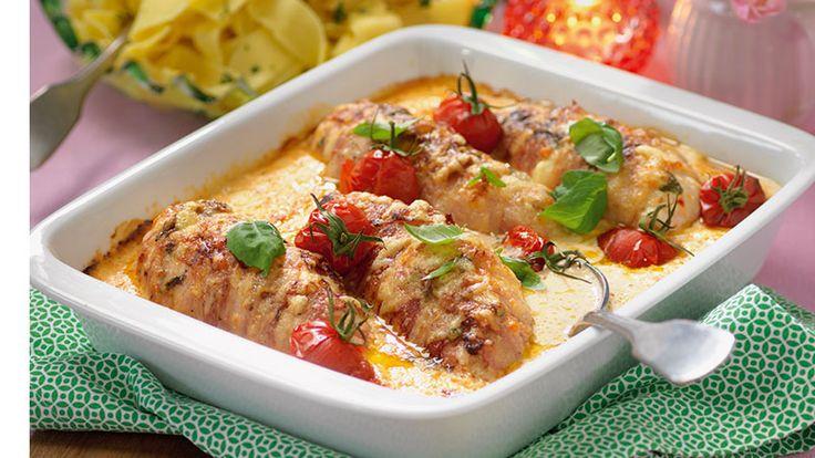 Fyll kycklingfiléerna med mozzarella och linda bacon runt – sen är det bara att steka dem och gratinera dem med en härlig ostsås.
