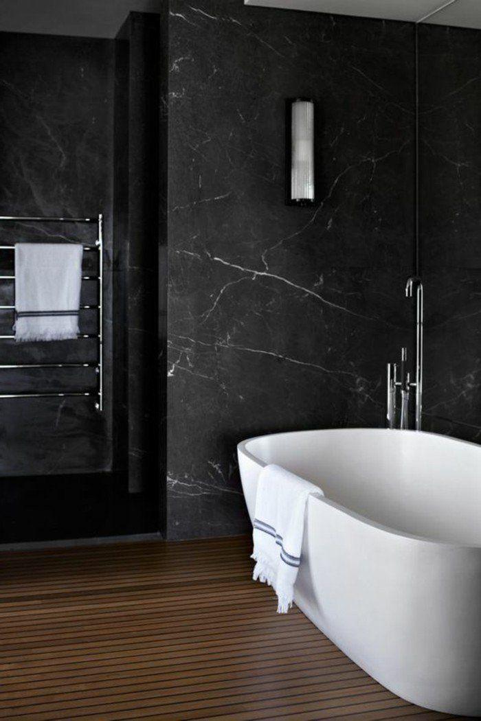 salle de bain mur en marbre noir baignoire blanche sol en parquet bois fonc