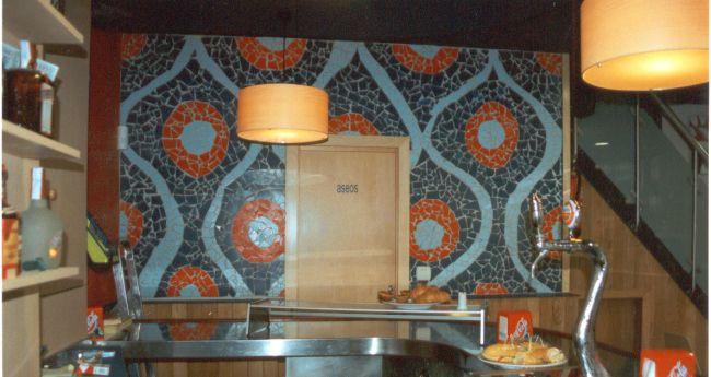 Mural cerámico en mosaico trencadis, diseñado y realizado por La Jirafa Proyectos Artísticos para local de hostelería en Bilbao