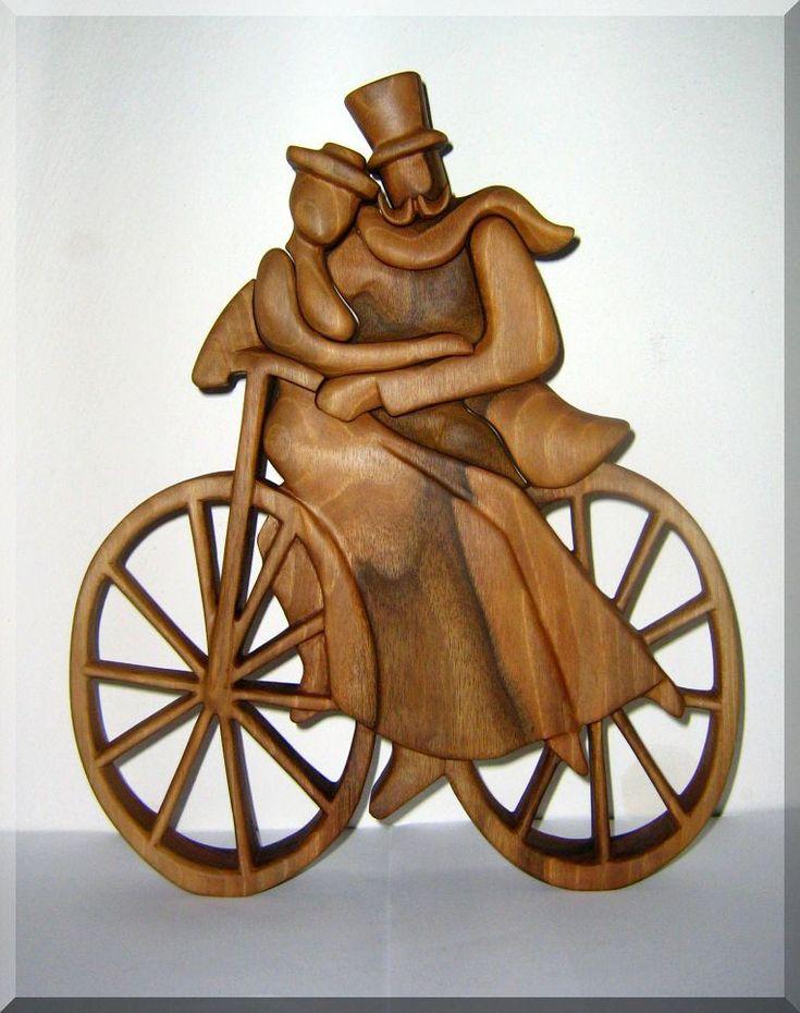 Zamilovaní bycyklisté - soška ze dřeva