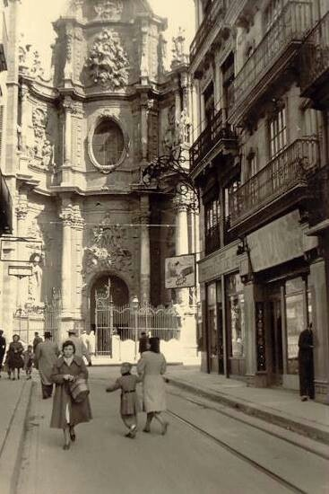 Antigua calle de acceso a la Catedral. Hoy no existe esta calle y la fachada de la catedral está descentrada con respecto a la actual  Plaza de la Reina