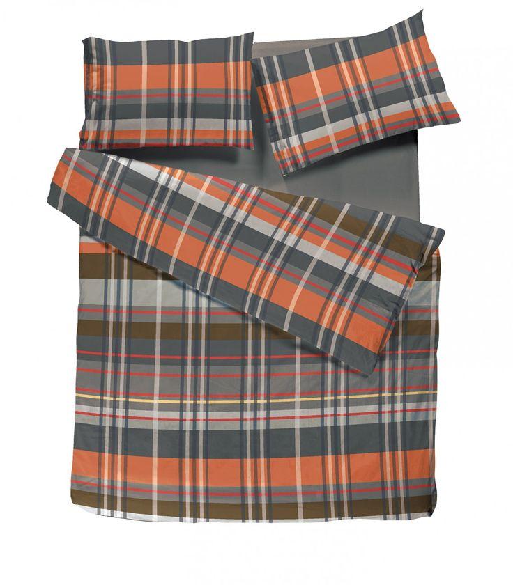Connaissez-vous le beau Johnny?Ensemble de housse de couette à carreaux double-queen et cache oreillers. Mélange de gris, charcoal, orange et rouge. Fait de coton percale. Disponible en ligne ainsi que chez votre détaillant Brunelli.