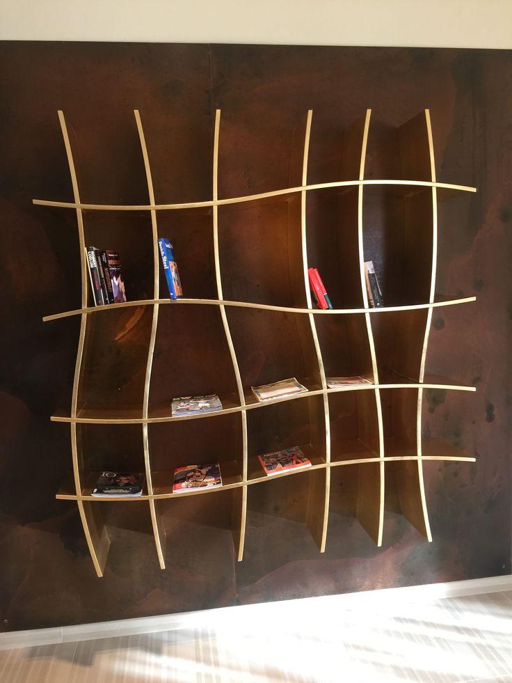Police na knihy,... do obyvaku. Zvlnene linky & zlata barva pusobi uzasne. Tato je ze dreva / preklizky